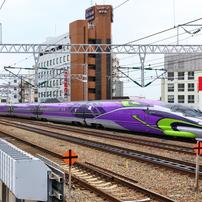エヴァデザイン新幹線が行く