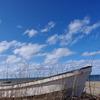 廃船と空と