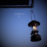 揺れるランタンと お月さま。
