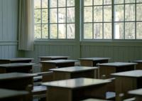 旧校舎と机