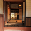 奈良邸・玄関に立つ