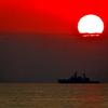 夕日と巡視船