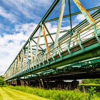 雨上がりの鉄橋とハイウェイと青空と1