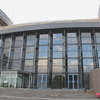川崎市市民ミュージアムのガラスから青空
