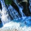 コバルトブルーの美瑛川に降り注ぐ白ひげの滝