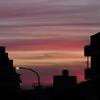 雲が焼けた夕方の空