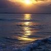 波に映る夕陽