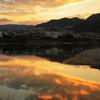 武庫川の川面は夕焼雲に赤く染められ