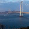 朝日に染まる明石海峡大橋