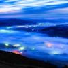 明け頃の雲海に包まれる街明かり