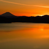 夕焼けの湖