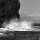 打ちつける波と霞む富士。