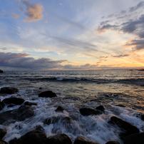 押し寄せる波、昇る朝日