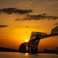 橋、夕日そして飛行機
