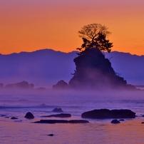 夜明けの女岩