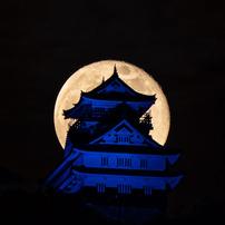 青い岐阜城と月