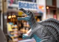 なんで?‥商店街に恐竜