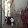 チェコ(479)プラハの狭い道を歩く