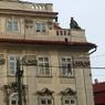 チェコ(488)プラハ・屋根の上に誰か座っている、危ないね!