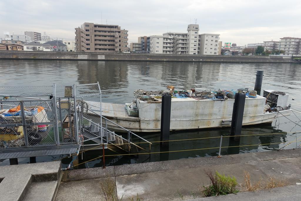 乗る場所が無い舟