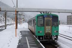雪の猪谷駅にて