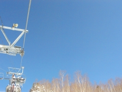 雪山の空とリフト