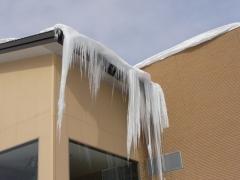 屋根からの氷柱