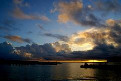 漁港の夜明け