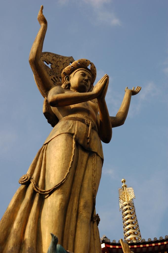 「祈りと平和」の像