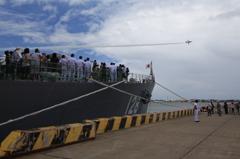 護衛艦とブルーインパルス