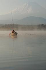 朝霧富士と釣り人