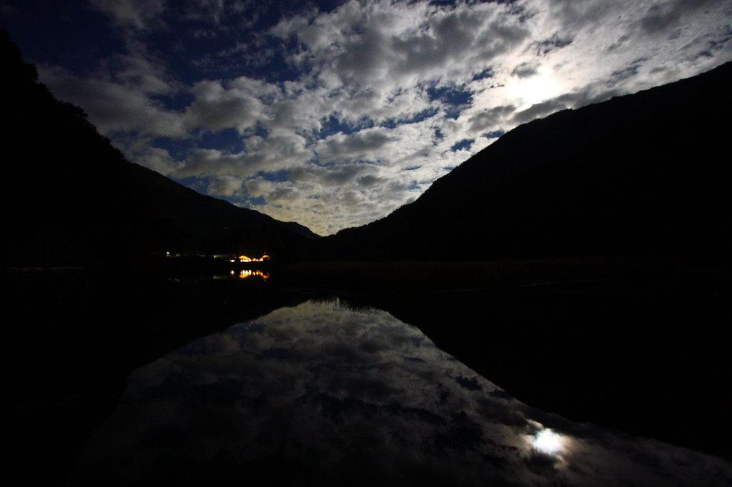 満月の雨畑湖