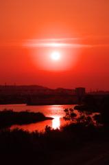 紅く染まる空と川