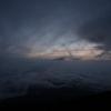富士山の山頂にてご来光を待つ