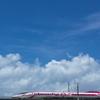 夏空を行くハローキティ新幹線