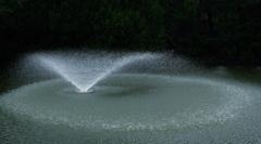 雨の中の噴水