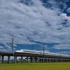 雲くもクモを行くN700系新幹線