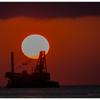 作業船と夕日