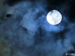 雲中の望月