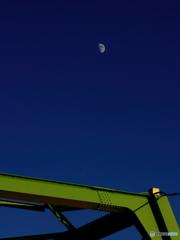 橋梁上の宵月