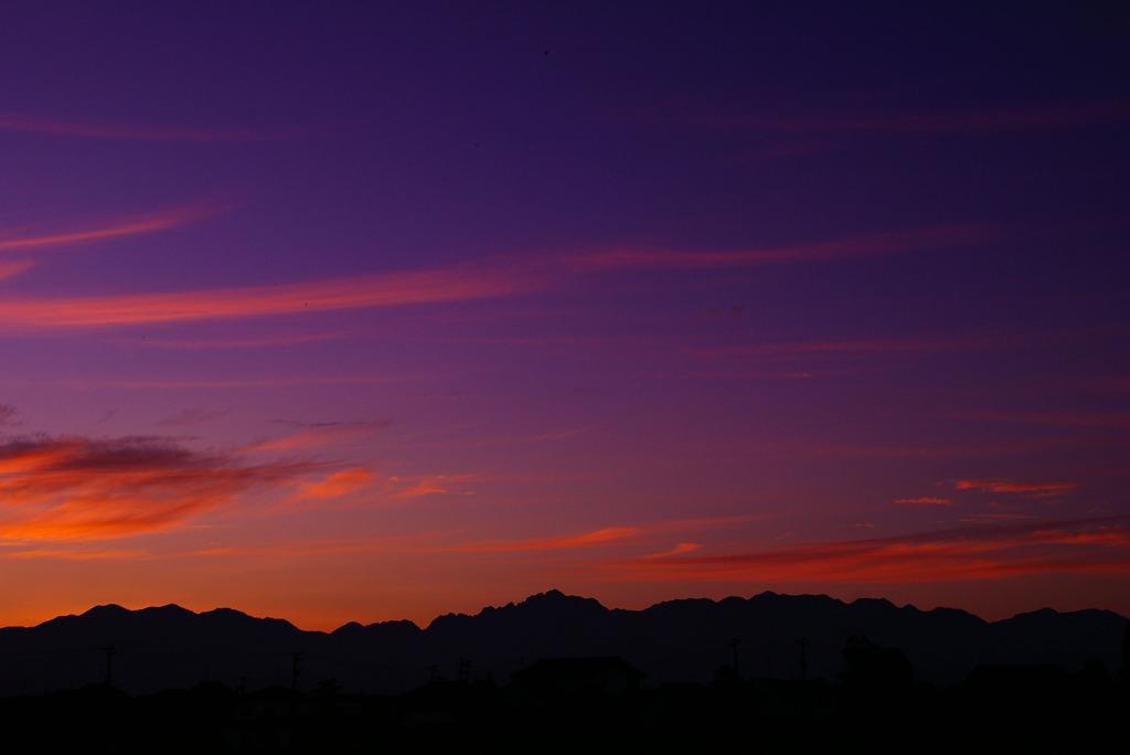 紫だちたる雲の細く棚引きたる