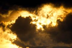 金色の日光と黒雲