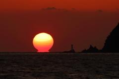 大水無瀬島灯台とダルマ夕日