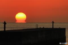 防波堤灯台とダルマ朝日