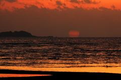きわらビーチのだるま朝日