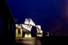 光跡とゲートブリッジ