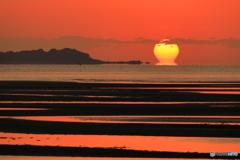 きわらビーチでダルマ朝日