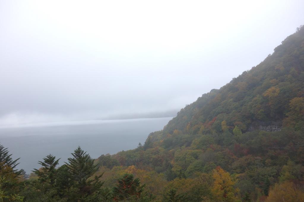 雨に煙る中禅寺湖