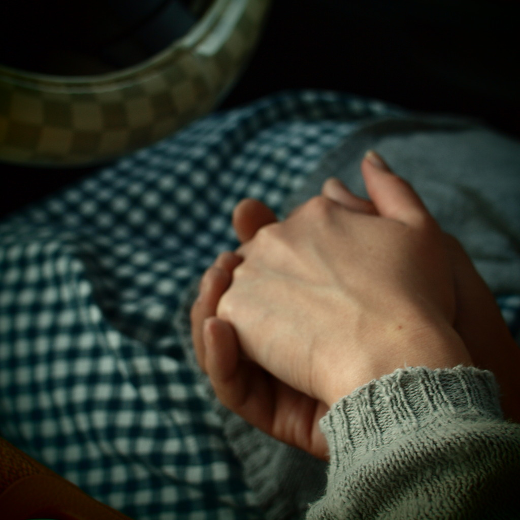 手をつないだ。