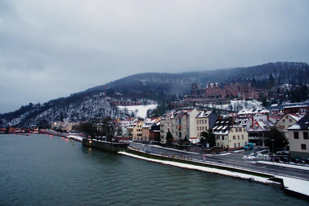 古い橋からハイデルベルク城を望む